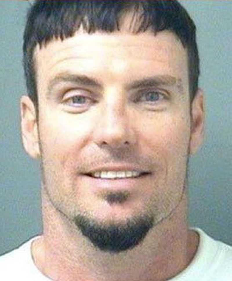 Misstänkt för kvinnomisshandel fick Robert Van Winkle (Vanilla Ice) ta sitt foto hos polisen den 11 april 2008. Den 40-årige rapparen fick sitta i Floridas Palm Beach County Jail efter att hans fru ringt och sagt att Van Winkle sparkat och slagit henne. Sedan tog hon tillbaka det och sa att maken knuffat henne.