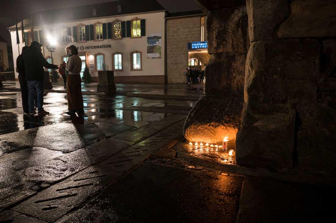 Invånare i Trier tände ljus för att hedra de döda.
