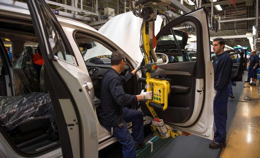Den stora efterfrågan av XC90 innebär att bilbyggarna måste arbeta mycket övertid.