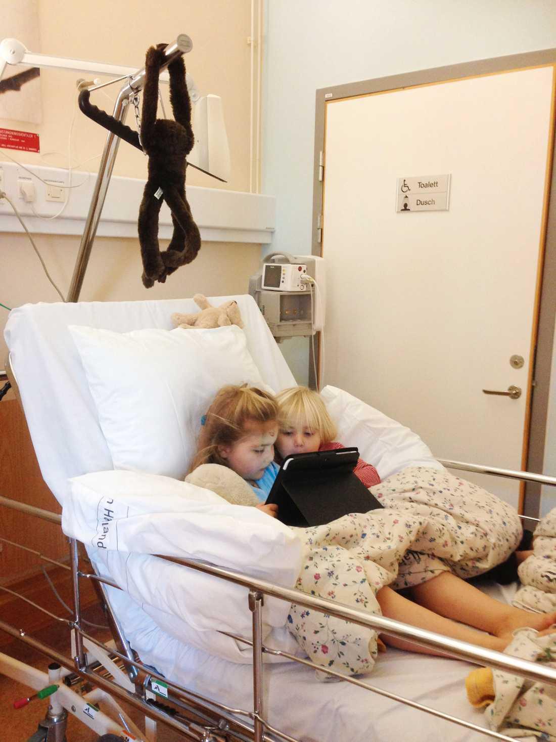 Systrarna brukar sysselsätta sig själva på sjukhuset med små medel.