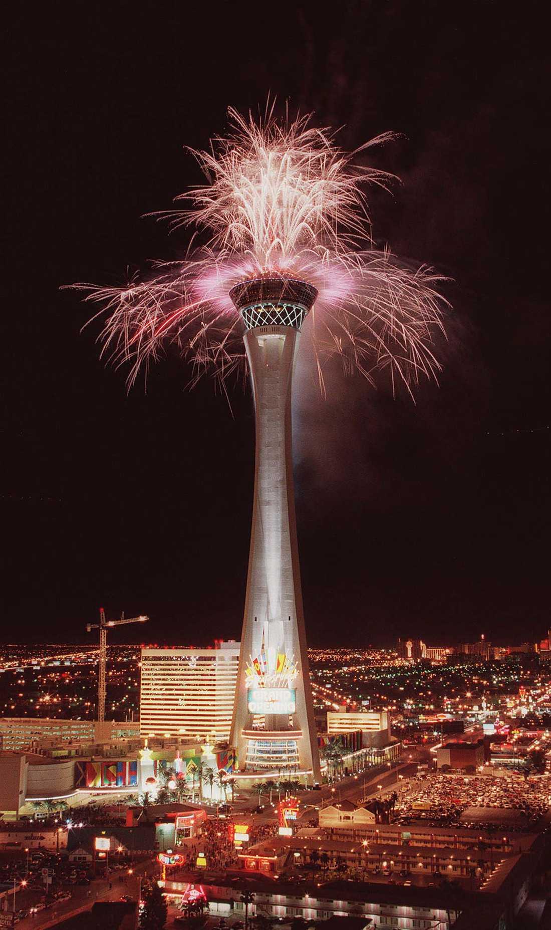 Stratosphere Att sticka ut är inte enkelt i Las Vegas, men det gör defintivt Stratosphere. Med sina 350,2 meter är det förutom att att vara Las Vegas högsta byggnad även det högsta observationstornet i USA, och nionde högsta byggnaden i hela landet.