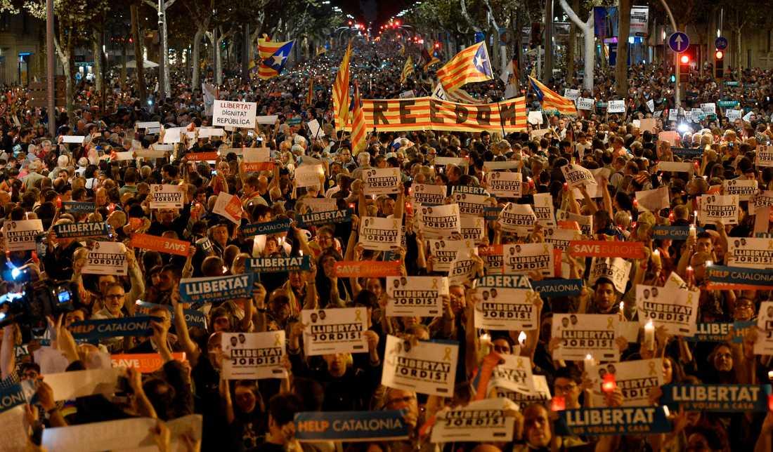 I går kväll protesterade hundratusentals människor i Barcelona.