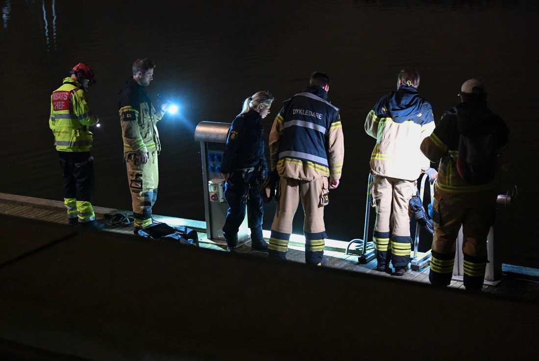 Polis och räddningstjänst på plats efter ett drunkningslarm i Malmö. Efter det att räddningstjänsten hade hjälpt mannen upp togs han om hand av ambulanspersonal.