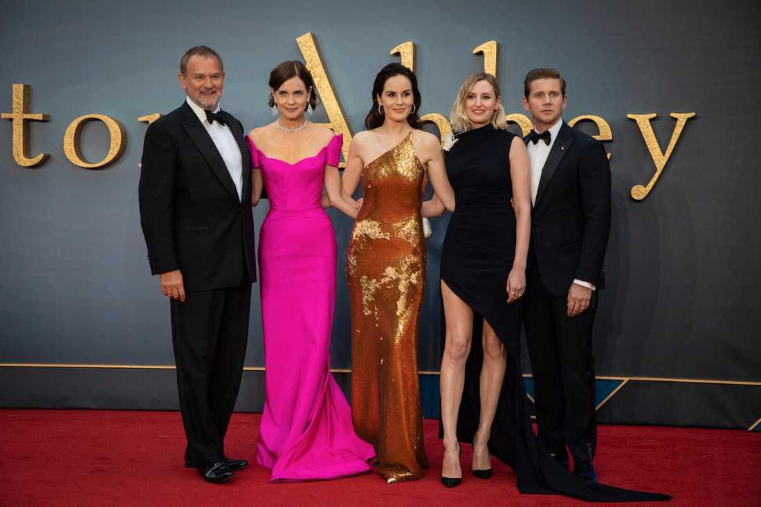 """Hugh Bonneville, Elizabeth McGovern, Michelle Dockery, Laura Carmichael och Allen Leech samlade inför fotograferna på världspremiären för """"Downton Abbey"""" i London."""