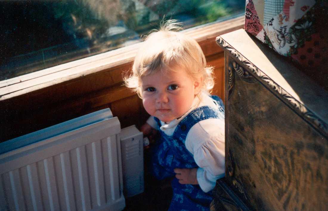Emma var ett busfrö som älskade hästar, speciellt grannens vita. Här har hon 1 år gammal upptäckt elementreglaget.