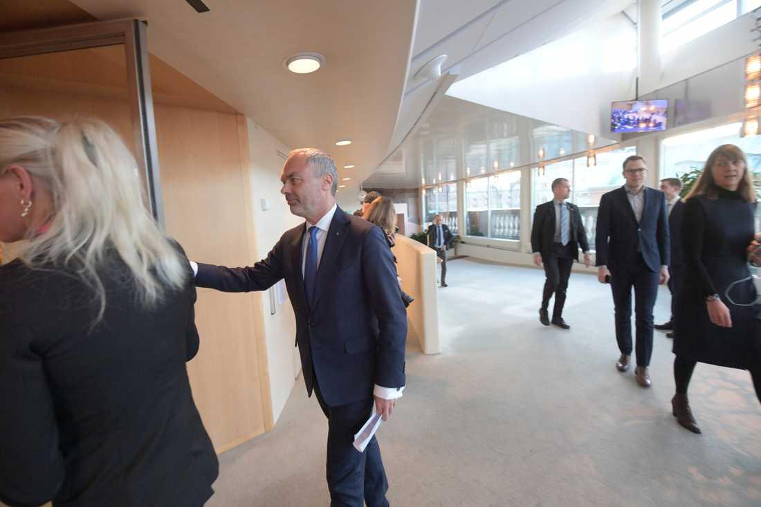 Jan Björklund på väg in till statsministeromröstning i Riksdagen.