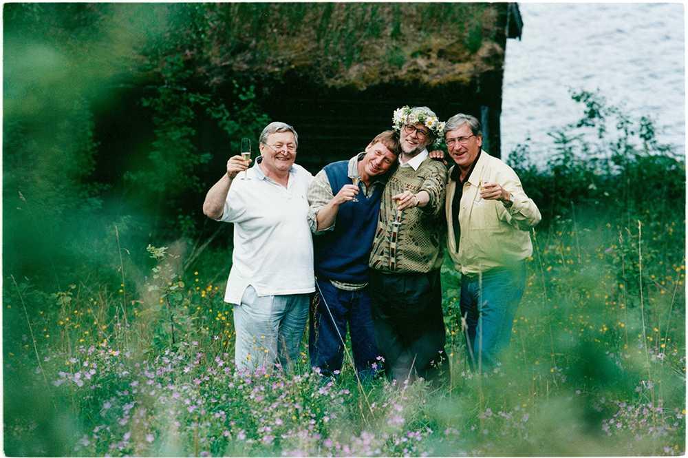 Bo Hermansson fyller 60 år och då gästade Rolv kalaset. Här är han längst till vänster, bredvid står Tomas Von Brömsen, Bo Hermansson och Magnus Härenstam FOTO: JOACHIM LUNDGREN