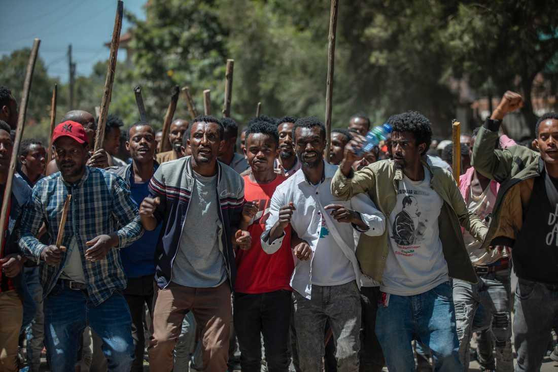 Etiopiska demonstranter visar sitt stöd för aktivisten och medieentreprenören Jawar Mohammed den 24 oktober.