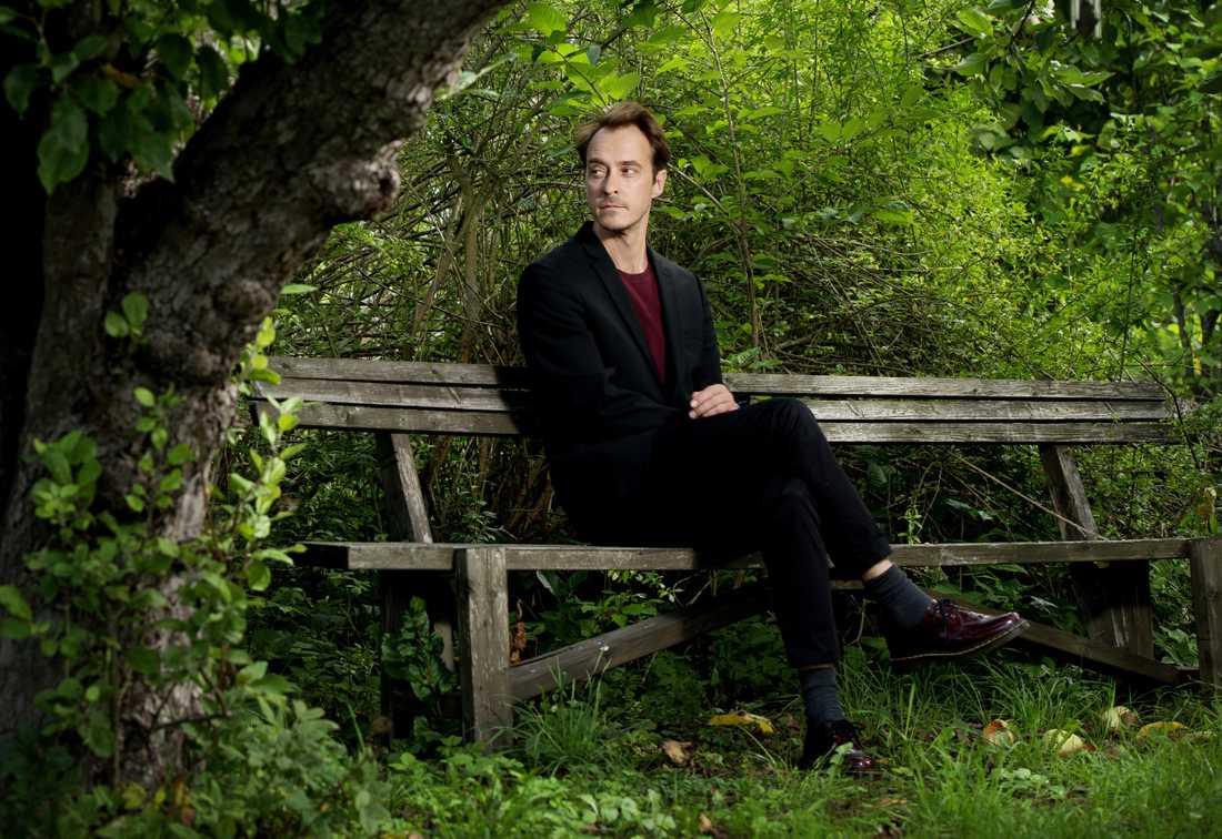 Jonas Karlsson är född 1971 och bosatt i Stockholm. Han är verksam som skådespelare, dramatiker och författare.
