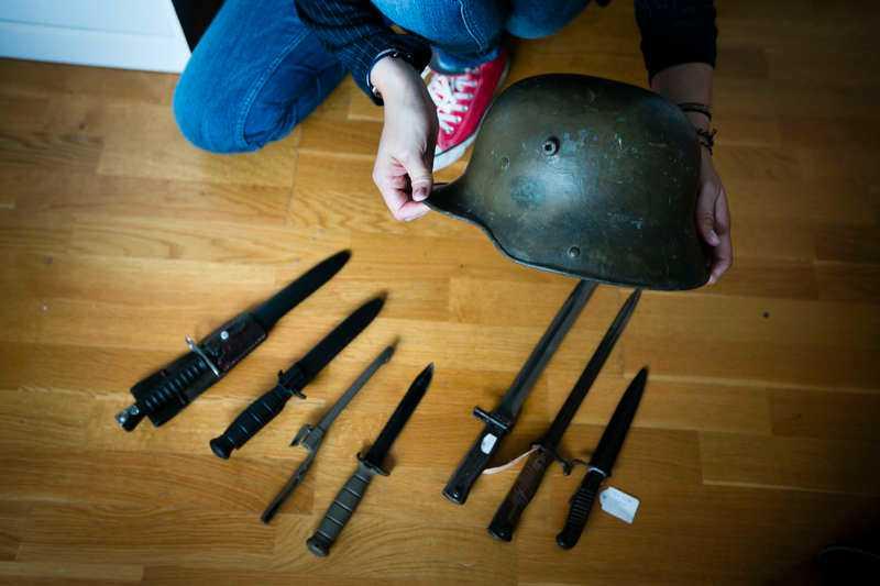 Helenas intresse för militärhistoria är anledningen till bland annat hennes stora knivsamling.