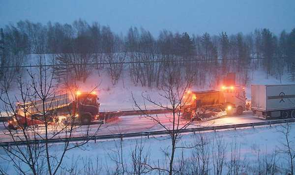 Lastbilarna slirade upp för Hallandsåsen och fick åka i konvoj bakom plogbilarna.