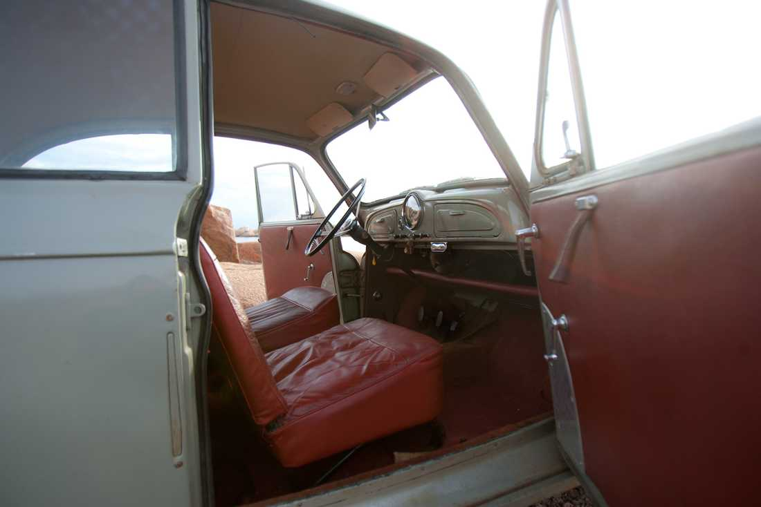 Välkommen in! Jodå, det är äkta läder. I alla fall i baksäte och passagerar- stol. Föraren av vårt ex får sitta på galon.
