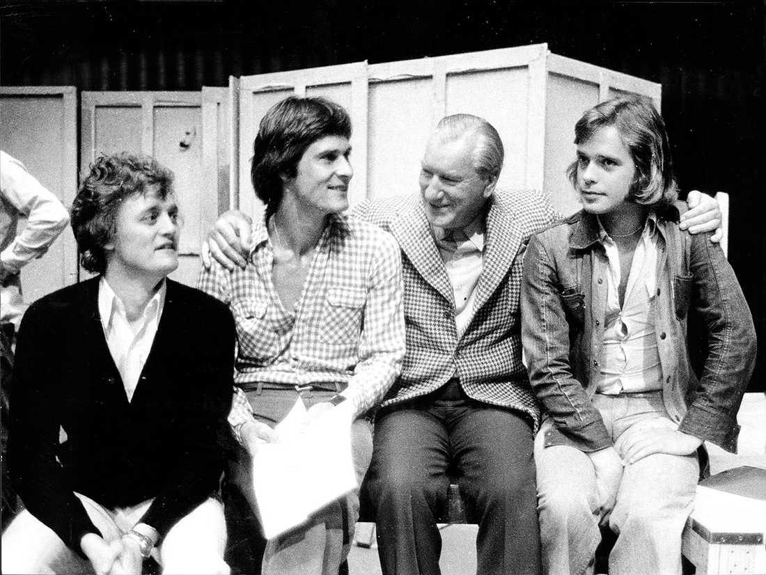 1972: En veteran och tre debutanter på Dramatens scen. Från vänster Jan Jönsson, skådespelare. Tomas Pontén, skådespelare, Sigge Fürst, skådespelare, sångare, underhållare och programledare Sverige och Per Mattsson, skådespelare.