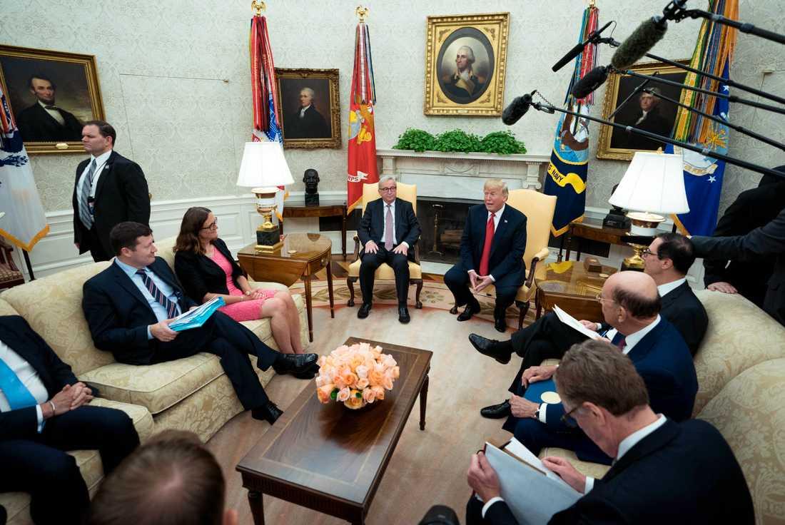 EU-delegationen, med Malmström, och Trump i Ovala rummet i Vita huset.