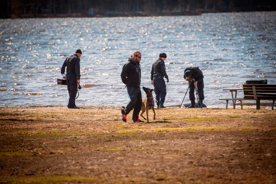 Polisens tekniker undersöker platsen efter att en våldtäkt misstänks ha skett i Nydalabadet i Umeå natten till onsdag.