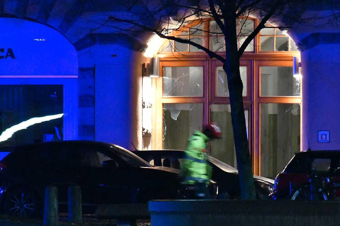 Skador kunde konstateras på en byggnad som ligger i anslutning till Drottningtorget.
