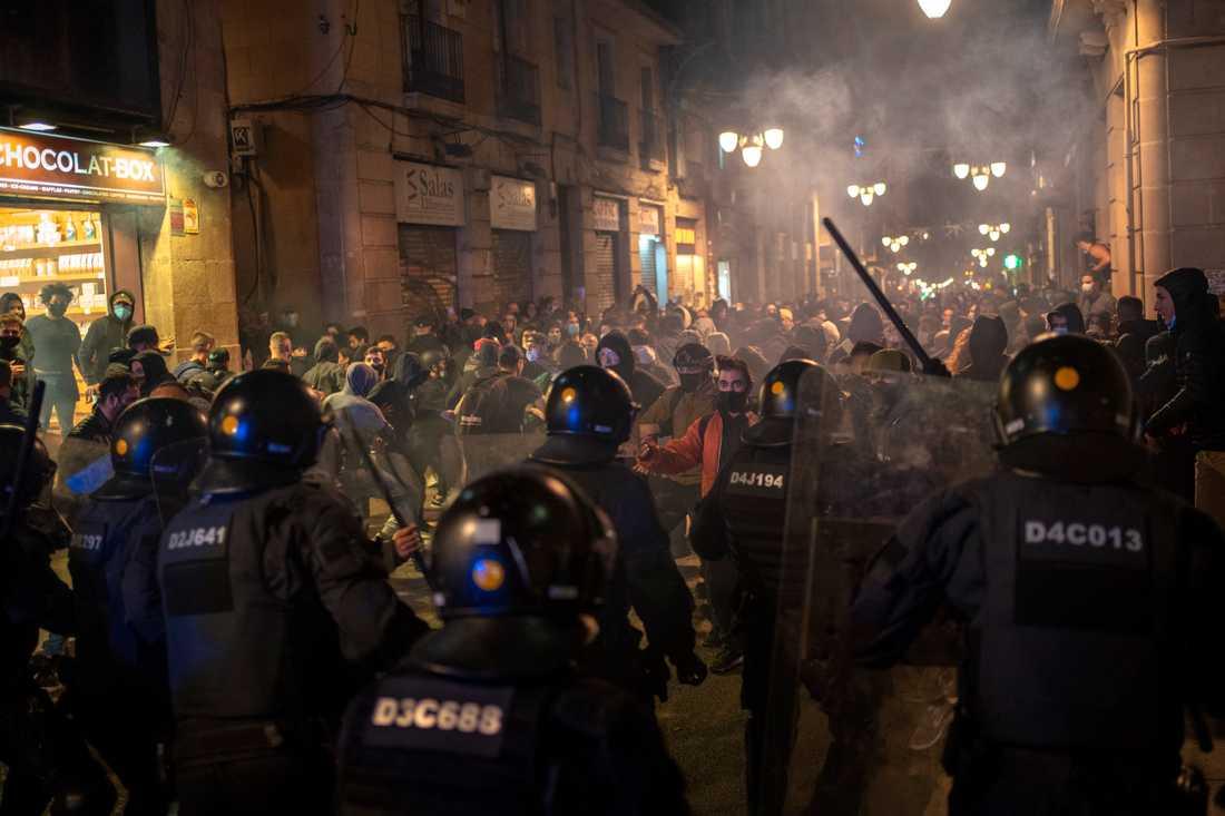 Polis drabbar samman med virusförnekare i Barcelonas centrum på fredagen. Arkivbild.