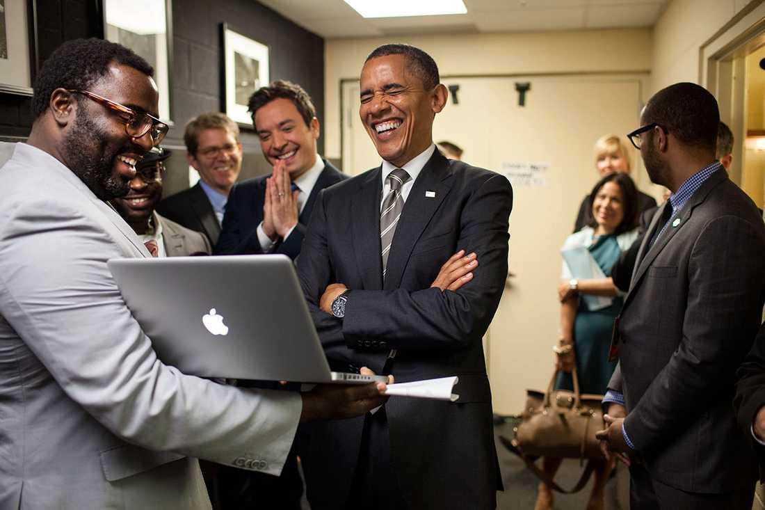 Obama och hans medarbetare laddar upp för att delta i ett avsnitt av Late Night med Jimmy Fallon, år 2012.