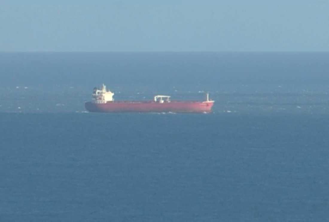 Det Liberiaregistrerade oljefartyget Nave Andromeda filmat från land på söndagen.