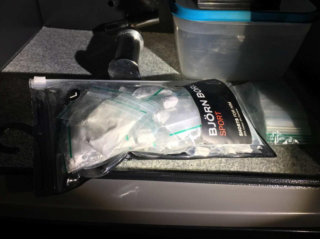 Kalsongpåsen som hittades i säkerhetsskåpet inne i det rum männen hyrde.