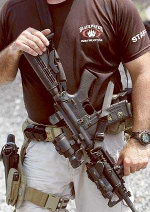 En Blackwater-soldat med det karakteristiska björntass-emblemet på bröstet.