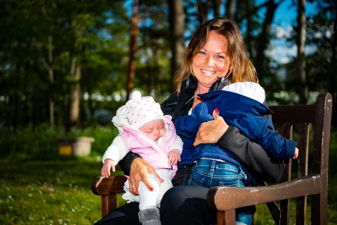 Dubbel-mormor Irene, 54, med sina barnbarn Maja och Charlie som föddes med 37 timmars mellanrum.