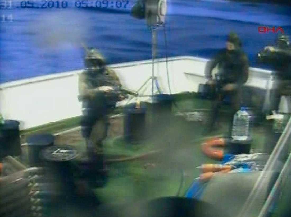 SLOG TILL PÅ NATTEN Israelisk militär bordar det turkiska skeppet Mavi Marmara. Nio passagerare sköts till döds i massakern.