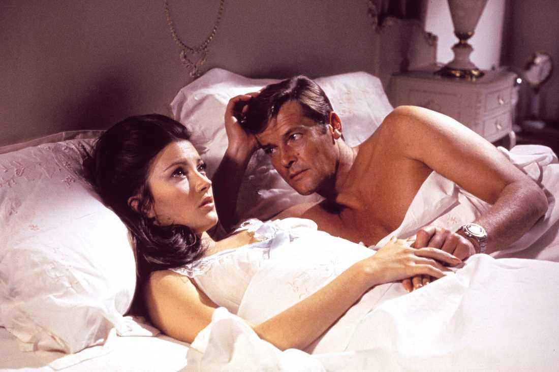 """Roger Moore med Jane Seymour i """"Leva och låta dö"""" från 1973."""