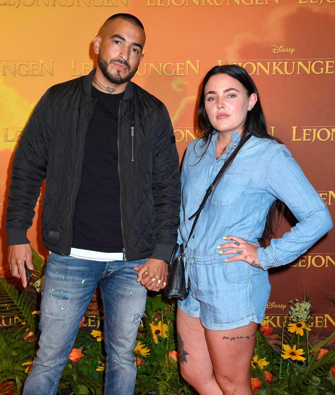 """Miriam Bryant och Teddy Angel Barros Vidal poserade på röda mattan inför premiären av """"Lejonkungen"""""""