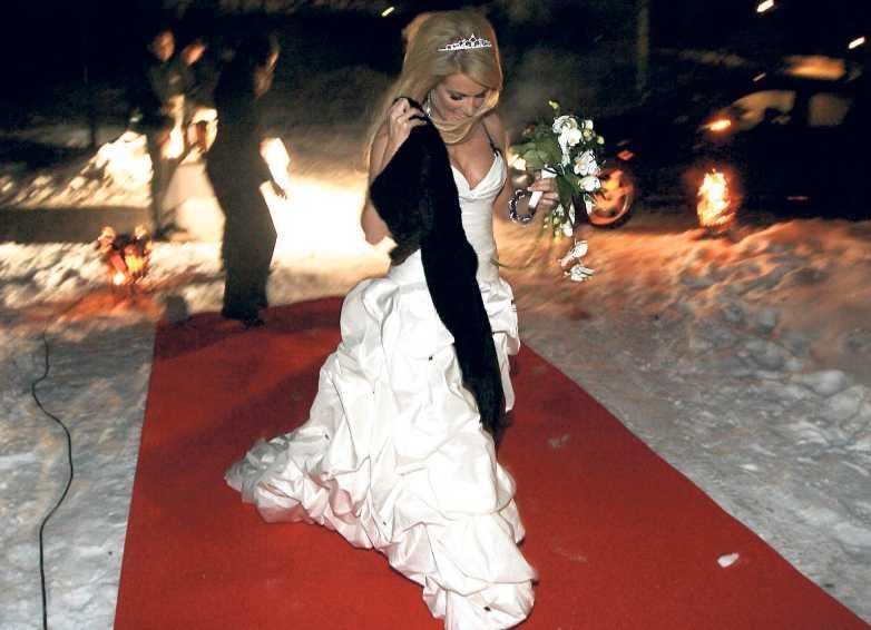 Lailas klänning var draperad med kristalliknande nitar.