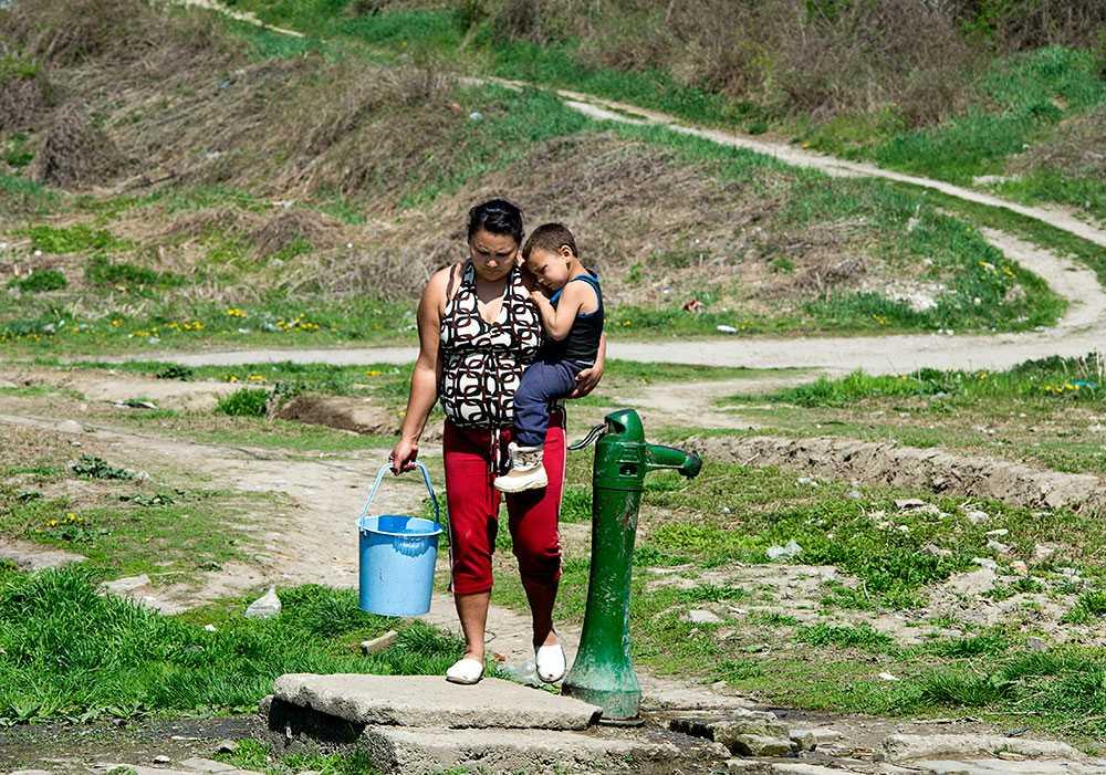 Ett getto. Brunnen i Hetes Telep, ett getto befolkat av romer i utkanten av Ozd.