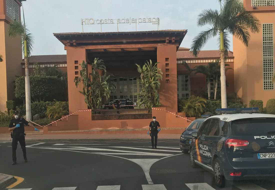 Poliser håller avspärrningar vid hotellet på Teneriffa.