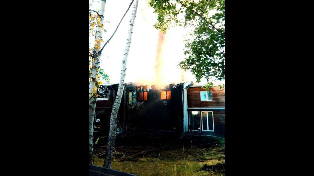 Polisen tror att flygvärden har anlagt en brand i radhuset i Rotebro där Zakeena legat och sovit.