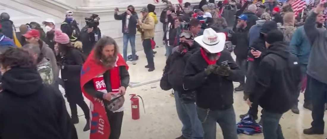 Mannen bär Skellefteåhalsduken och en USA-flagga.