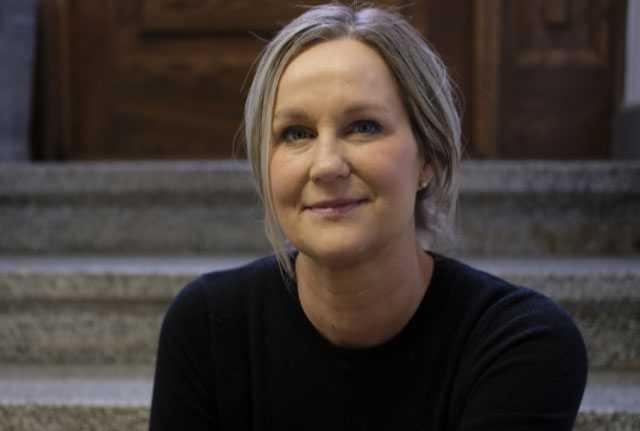"""Frisören Madelene Tillblad Skövde oroas för effekterna av smittan. """"Om vi tvingas stänga så står jag utan inkomst"""", säger hon."""