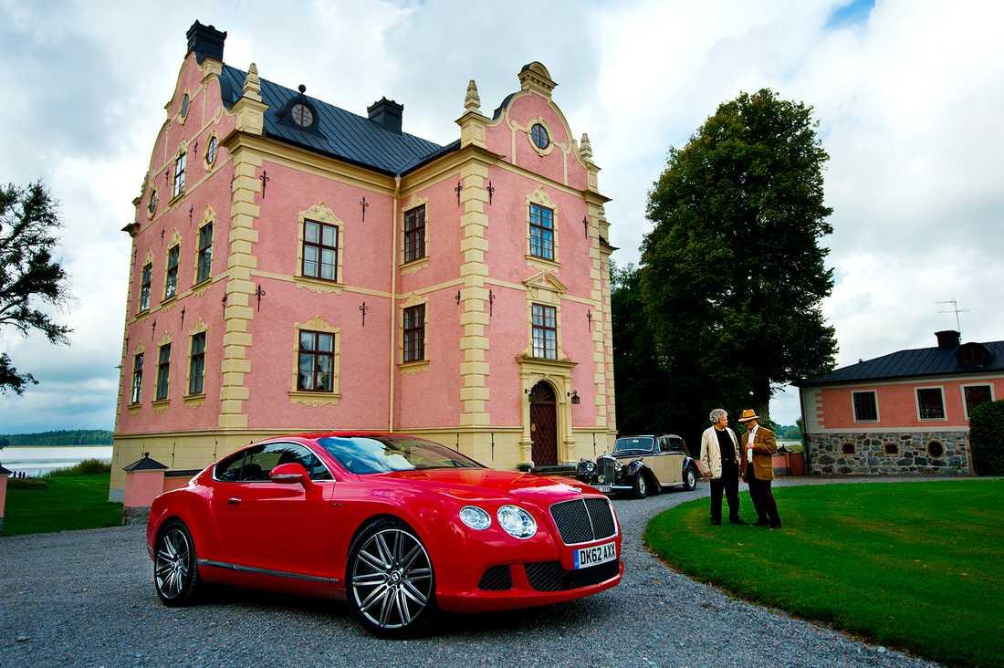 Gammal möter ny. Vid Skånelaholms slott träffade nya Bentley Continental GT Speed en föregångare i Bentley Standard Steel från 1947. Foto: LASSE ALLARD