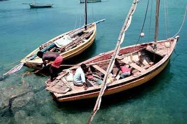 Fiskare i Vilanculos lilla hamn gör i ordning sina båtar innan de ger sig ut. Båtarna används också som transportmedel ut till pärlbandet av öar mellan lagunen och öppna havet.