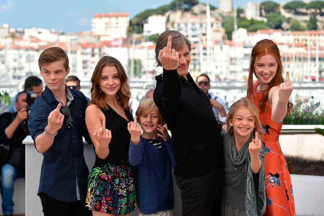 """""""Captain Fantastic""""-skådespelarna Nicholas Hamilton, Samantha Isler, Charlie Shotwell,  Viggo Mortensen, Shree Crooks och Annalise Basso visar fingret åt fotograferna i Cannes."""