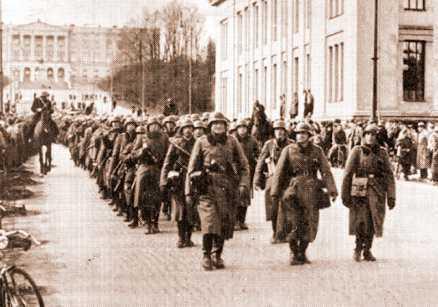 Tyska trupper marscherar på Karl Johan i centrala Oslo 9 april 1940.