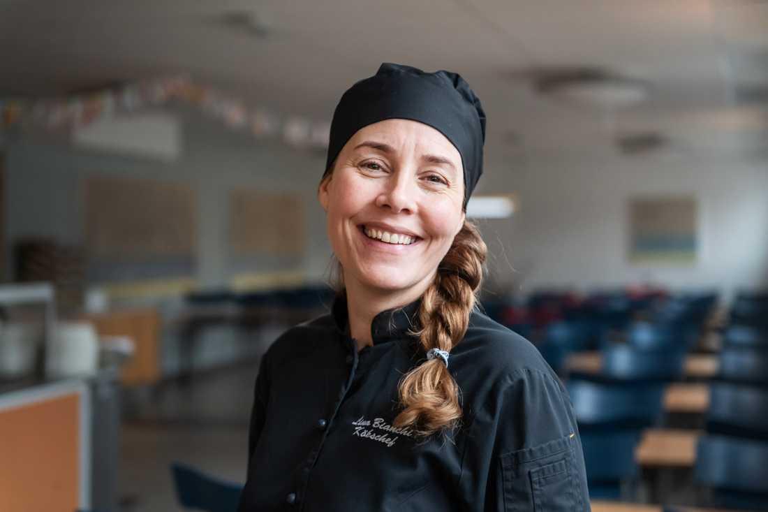 Lina Bianchi, kökschef på Johan Skytteskolan har jobbat i köket länge och har märkt en ökning av antalet elever som behöver specialkost.