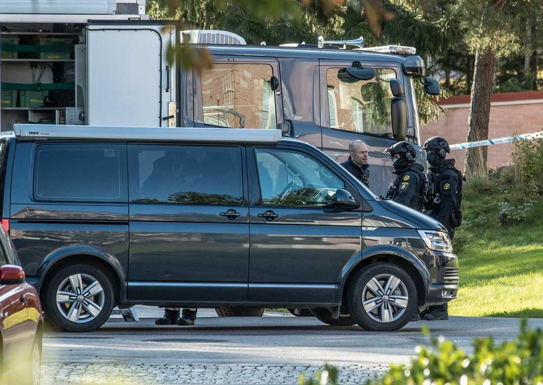 Föremålet hittades i en bil utomhus, i närheten av en skola. Flera lägenheter utrymdes. Polisen tillkallade den nationella bombgruppen, som säkrade föremålet och förde bort det.