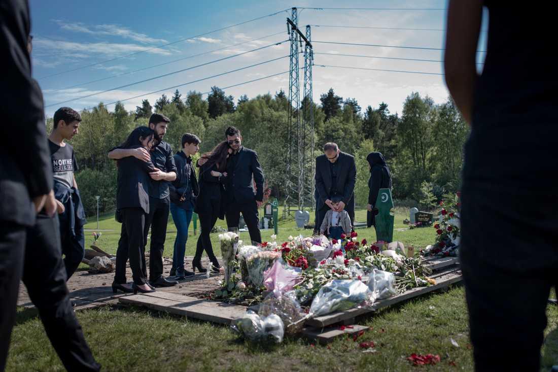 Familj och vänner vid begravningen av Alan.
