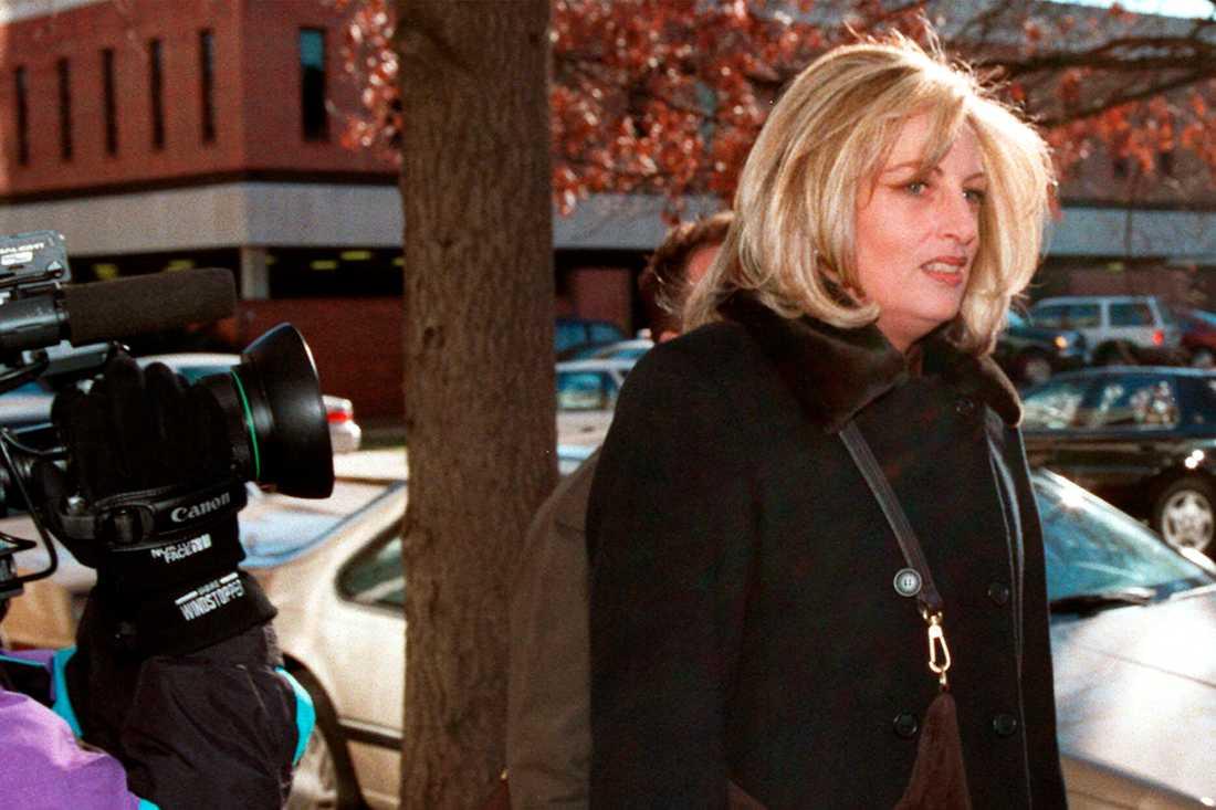 Linda Tripp på väg mot utfrågning av FBI 1998.