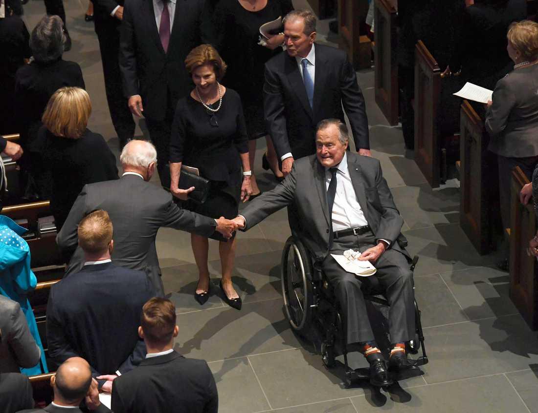 George HW Bush i lördags på sin frus Barbaras begravning.