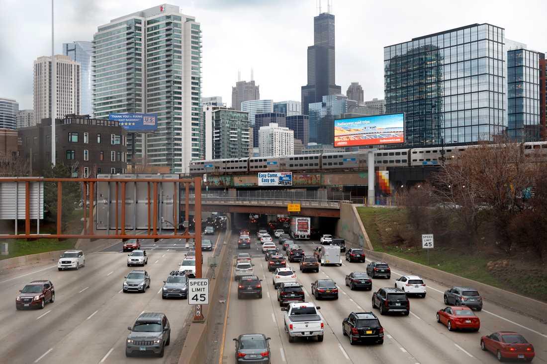Bil- och tågtrafik i Chicago i Illinois. Arkivbild.