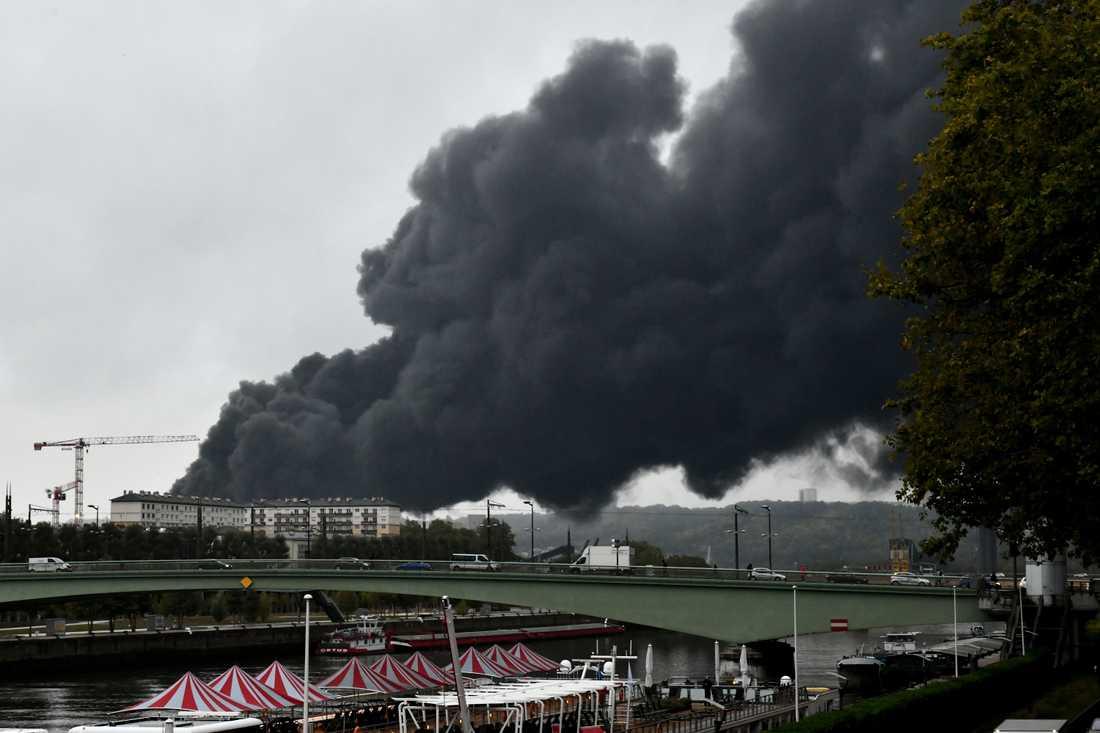 Röken stiger från fabriken i Rouen.