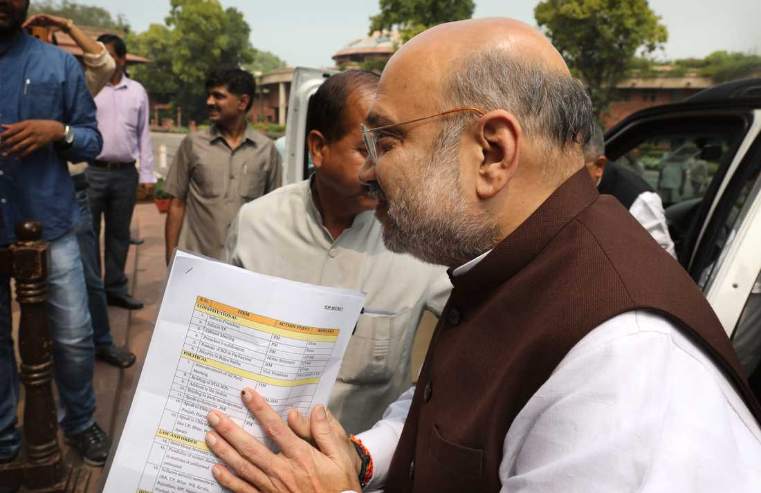 Indiens inrikesminister Amit Shah bär på den kontroversiella planen att skrota den särskilda status som den indiskhållna delen av Kashmir har i indisk grundlag.
