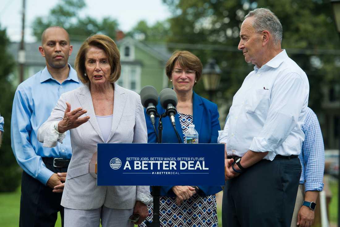 Hakeem Jeffries, till vänster bakom Nancy Pelosi, är demokratisk ledamot i representanthuset. Han kandiderar till ordförandeposten i Demokraternas partigrupp i kammaren.