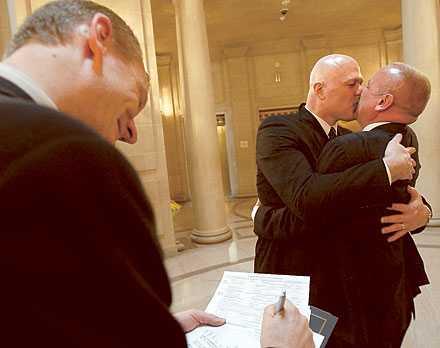 KRAFTFULL KYSS Frågan om homoäktenskap delar kristdemokraterna i två läger som hotar sänka partiet. Under atiden förbereder sig Sverige för en könsneutral äktenskapslag.