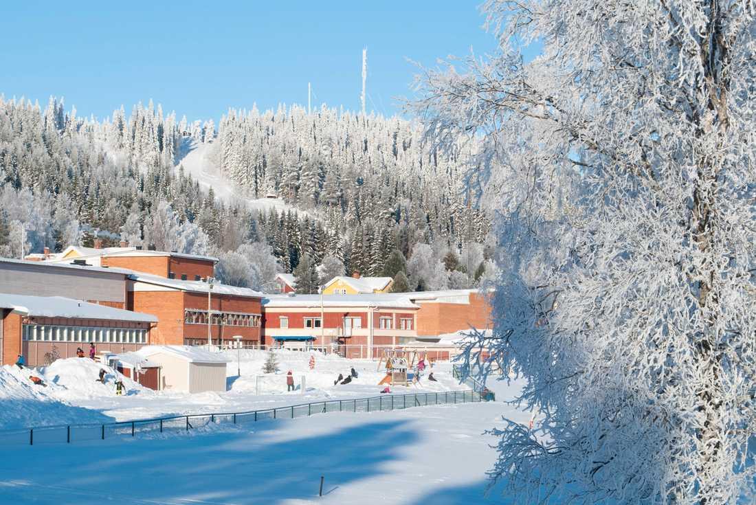 Slalombacken vintertid, med Doroteas skola i förgrunden.
